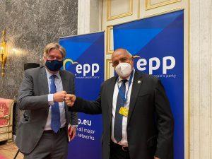 Ген. секретар на ЕНП към Борисов: Уважаваме протестиращите, но редовните избори през март ще предложат легитимно решение