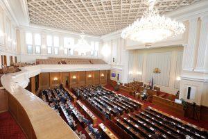 Изгониха от парламента депутат без маска