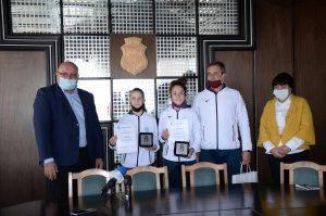 """Кметът на Видин връчи грамоти и почетни плакети на лекоатлетки от СК """"Радуканови"""""""