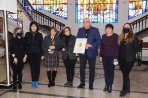 """Кметът на Видин даде наградата на СУ """"Цар Симеон Велики"""" от конкурса """"Сграда на годината 2020"""" за съхранение в училището(Снимки)"""
