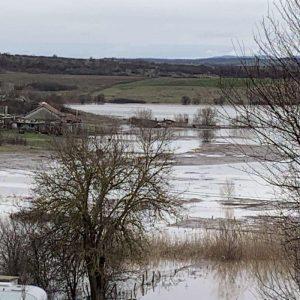 Придошли води на р. Искър отнесоха предпазна дига и подкопаха железен път във Врачанско