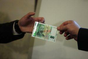 Пробутаха фалшиви столевки в магазин във Врачанско