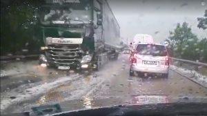 Проливен дъжд и градушка спряха за момент движението по пътя Видин – София (Видео)