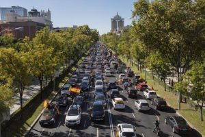 Протест с автомобили срещу мерките за борба с COVID-19 в Мадрид