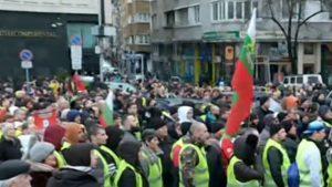 """Скандирания """"победа"""" и аплодисменти на 92-рия антиправителствен протест в София"""