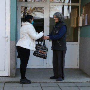 Служители и доброволци от Община Видин помагат на самотно живеещи възрастни хора (Снимки)