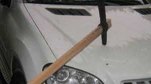 Вандалщина: Изпочупиха два автомобила с кирка в Монтана