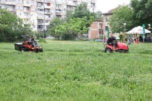Косенето на зелените площи във Видин, продължава по график ( Снимки)